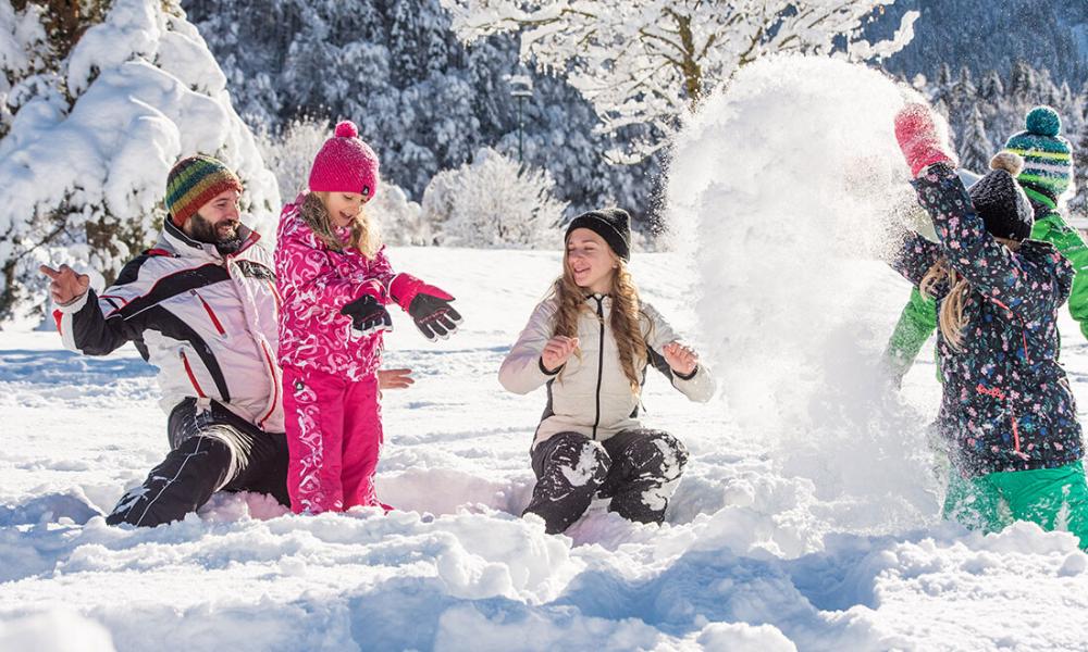 Giochi nella neve con bambini