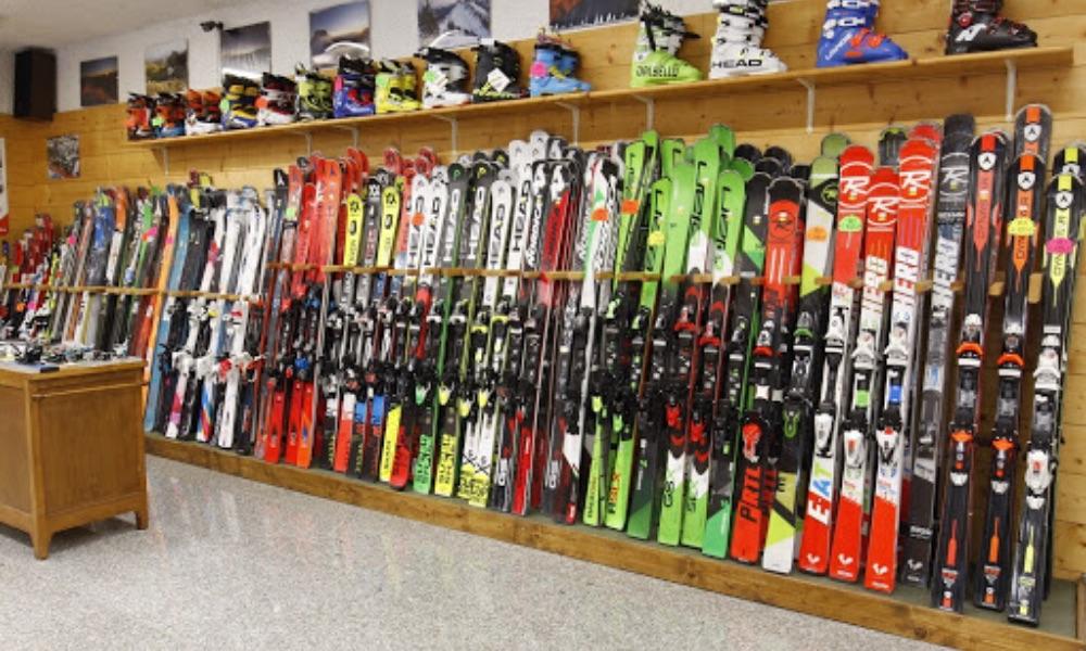 attrezzatura da sci in esposizione