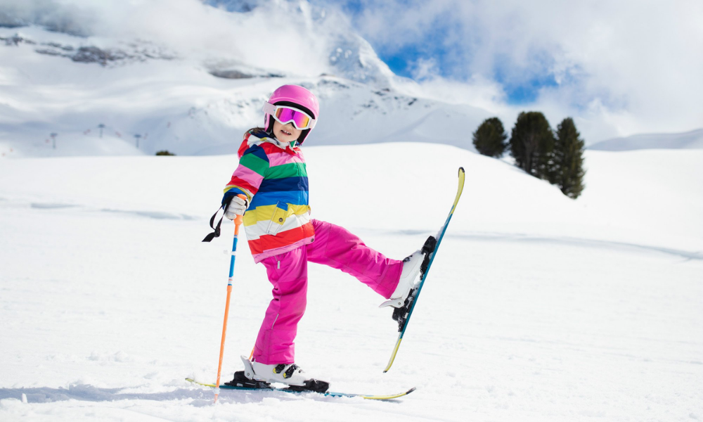 Bambina con gli sci